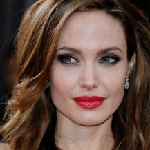As mechas da atriz Angelina Jolie são feitas longe dos cantos de seu rosto, de formato quadrado.