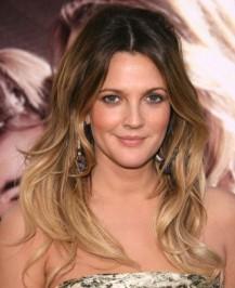 De rosto mais alongado, a atriz Drew Barrymore mantem raízes mais escuras.