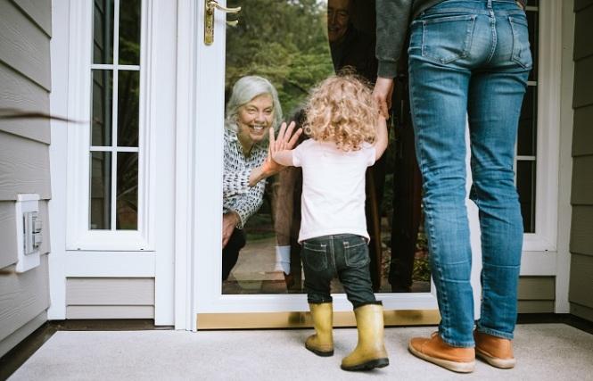 como auxiliar os idosos no distanciamento social